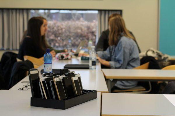 fyldt telefonramme i klasseværelse med studerende