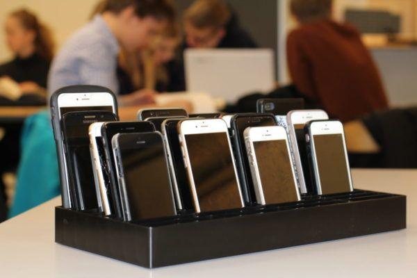 mobilramme i klasselokale med mange telefoner