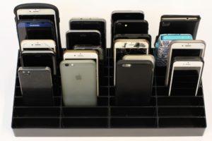 mobilramme i sort fyldt med mobiler