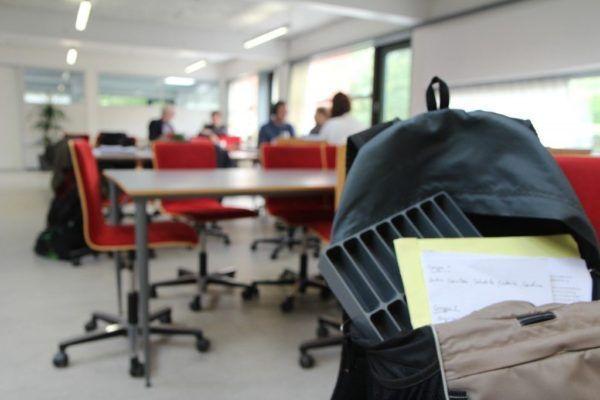 lærertaske med mobilramme og papir