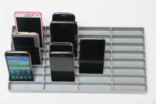 grå mobilramme halvt fyldt med mobiler