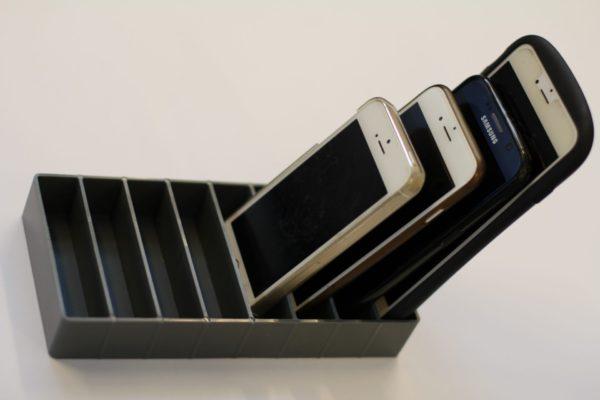 mobilramme i sort set oppe fra