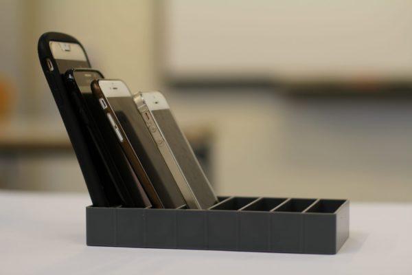 mobilramme i sort set fra siden