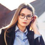 kvinde med briller og skjorte